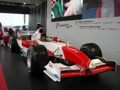 F1 カーのコクピットに座る奥村