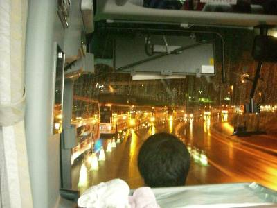 対向車線に並ぶバスの列