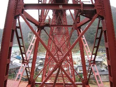 幾何学的な模様が美しい橋脚
