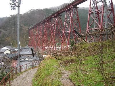 餘部駅から集落へ下りる道をさらに進んだ所から見た余部鉄橋