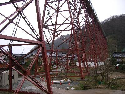餘部駅から集落へ下りる道をほぼ下りきった所から見た余部鉄橋